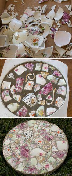 Geschirr-Mosaik, hier als Trittstein für den Garten Mehr