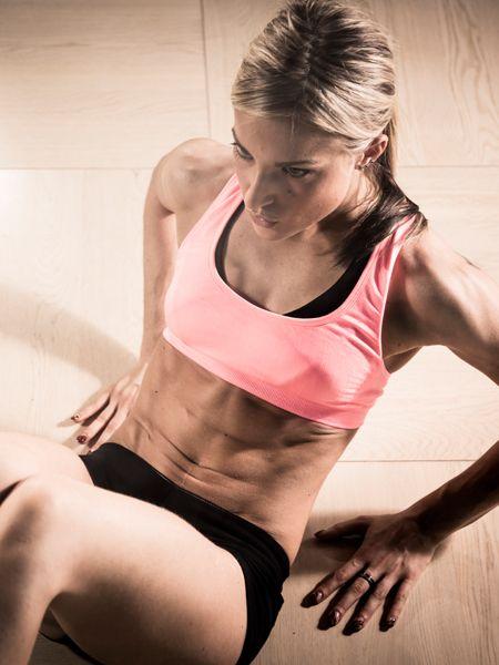 Mit dem neuen Jahr kommen die Vorsätze: Mehr Sport, weniger Essen. Das Ziel: ein flacher Bauch! Mit diesen 5 Bauchübungen verschwinden die