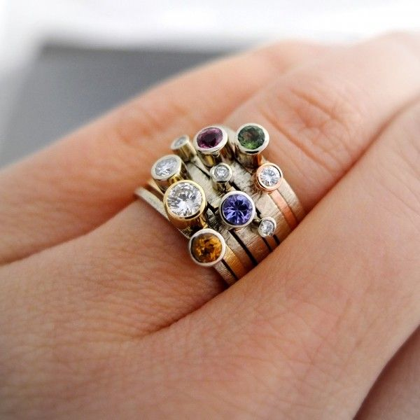 Komplet 8 złotych pierścionków BIZOE. Kamienie szlachetne: brylanty, tanzanit, turmalin zielony, turmalin różowy, cytryn. Delikatne złote pierścionki BIZOE można łączyć w różne kombinacje, nosić oddzielnie lub kilka naraz. Wybierz gotową propozycję lub stwórz swój własny komplet!