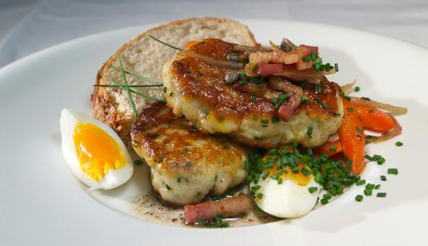 Hjemmelagde fiskekaker smaker kjempegodt. Prøv bestemors variant sammen med brød, bacon, revet gulrot og kokt egg. Husk at fiskekaker også egner seg ypperlig som grillmat på tur!