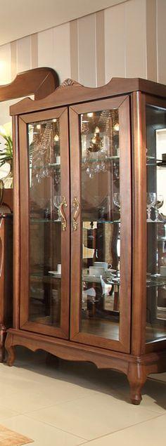 A Cristaleira Valência é confeccionada em madeira natural. Possui 02 portas, prateleiras de vidro e é espelhada. Disponível em outros acabamentos. Medidas: 84l x 180h x 47p. http://www.moradamoveis.com/