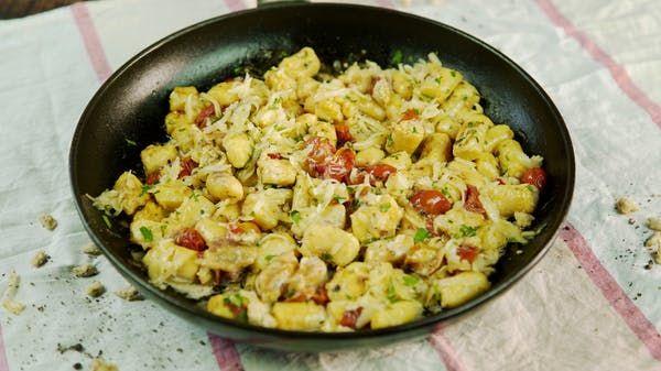 Receta con instrucciones en video: Prepara estos Ñoquis Soufflé y conviértete en un especialista en Pastas deliciosas Ingredientes: 500 ml. de leche  , 200 gr. de manteca  , 300 gr. de harina 0000  , 5 huevos , 100 gr. de queso gruyere , 1 cda. de nuez moscada , 1 calabaza , 200 gr. de tomates cherrys , 1 atado de albahaca , 100 ml. de crema de leche , 5 cabezas de ajo