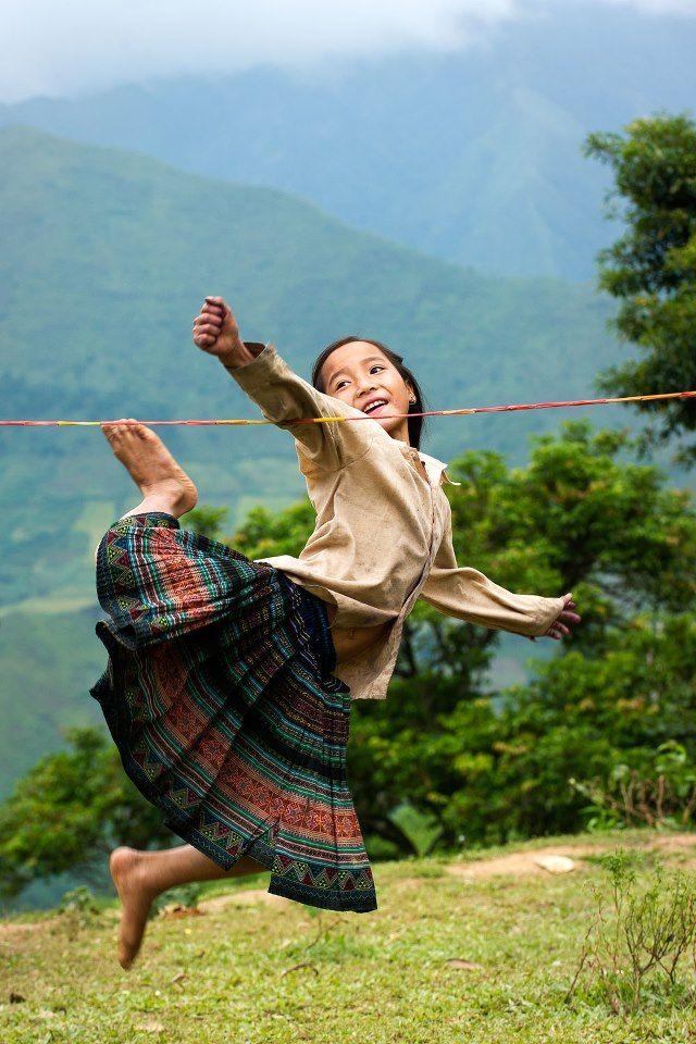 Una bambina di H'Mong gioca con la corda di caucciù. Foto di haikeu http://viaggi.asiatica.com/