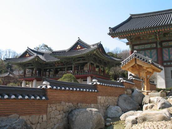 You can stay the night here!  Beautiful!    Bongeunsa Temple - Seoul - Reviews of Bongeunsa Temple - TripAdvisor