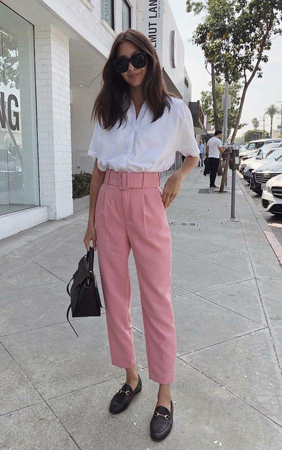 Musa do estilo: Felicia Akerstrom - #GuitaModa. Camisa branca, calça de alfaiataria rosa, loafer preto