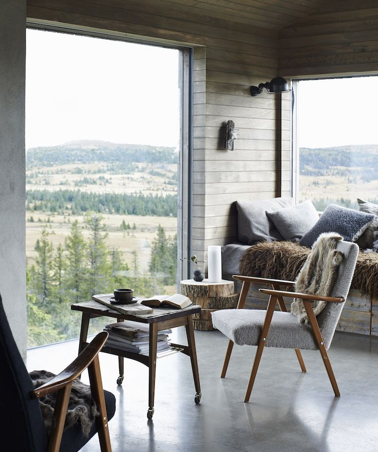 my scandinavian home: A magical Norwegian mountain cabin - those tree slabs as a side table