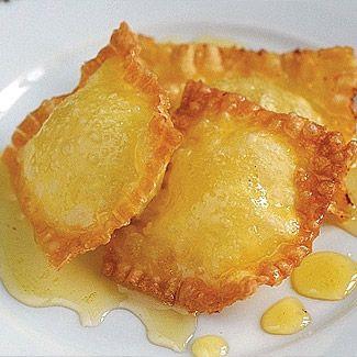 Жареные равиоли с рикоттой и медом