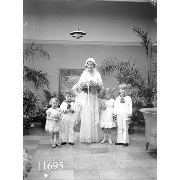 Here comes the bride! Wedding 1932 in Aalborg by Aalborg Stadsarkiv, via Flickr (photo: Tønnies)