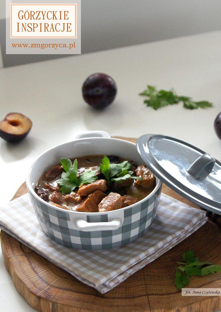 Delikatna i duszona szynka wieprzowa w sosie pełnym leśnych grzybów z dodatkiem suszonej słodkiej śliwki http://zmgorzyca.pl/index.php/pl/kulinarny/dania-glowne/413-szynka-duszona