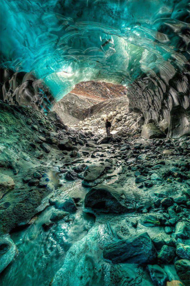 Ces incroyables grottes de glace en Alaska vont vous en mettre plein les yeux !