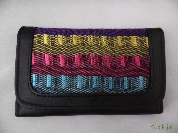 En #Kuxlejal tenemos disponibles carteras para dama. Piel de ternera combinada con lienzo hecho en telar de pedal.