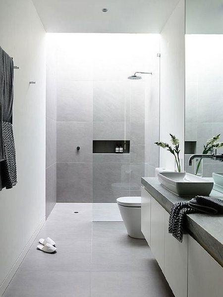 Baño pequeño, estrecho y alargado en color gris y moderno