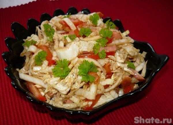 Салат из пекинской капусты с помидором и колбасой--- небольшой качан пекинской капусты или половина большого- помидор  1 шт- полукопченая колбаса 200 г- соевый соус  1 ст.л.- растительное масло- соль, перец черный, красный, паприка-