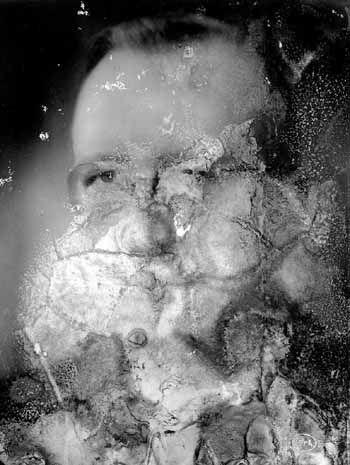 Foto met waterschade. Als gevolg van schimmel is de gelatine verdwenen en het zilverbeeld onherstelbaar aangetast.