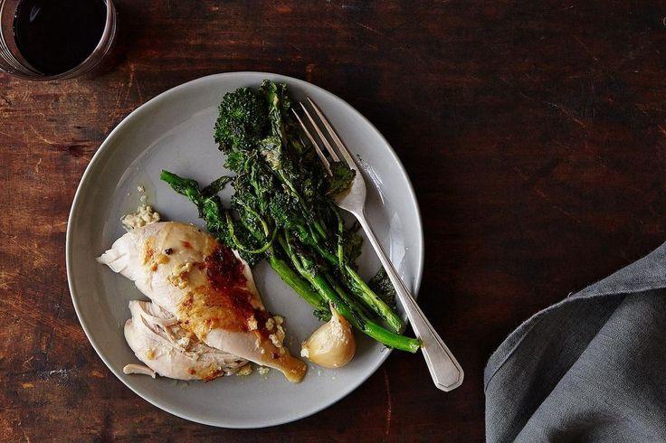 O site The Kitchn disse que era a melhor receita de frango de sempre. O Food52 disse que era nada menos do que genial. Eu não digo nada, limito-me a comer. E a deliciar-me com mais uma espectacular criação de Jamie Oliver. Além de delicioso e revolucionári...