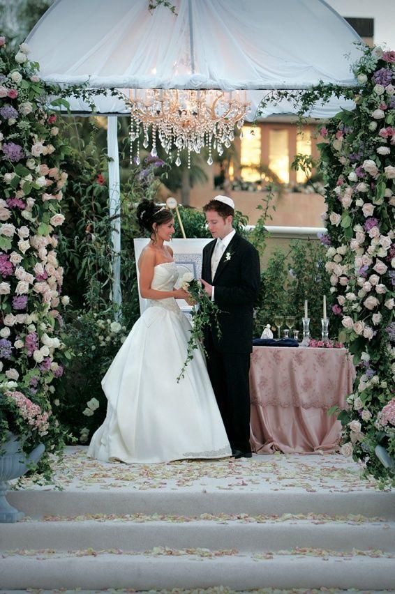 Сад-Вдохновленный Хупа Фотография: Лоуренс Крандалл Фото Подробнее: http://www.insideweddings.com/weddings/enchanted-garden-theme-wedding-at-balboa-bay-club-in-newport-beach/145/