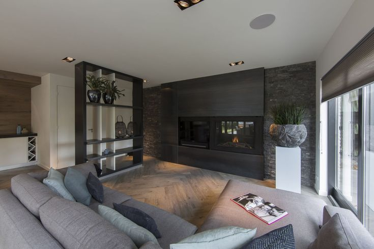 Vanstaal maakte deze exclusieve haardwand naar een ontwerp van Medie Janssen. De wand is gemaakt van walsblauw staal (blauwstaal) en omvat de haard en een tv-scherm in een mooie nis | Vanstaal | OBLY.com inspiratieplatform & blogazine luxe wonen.
