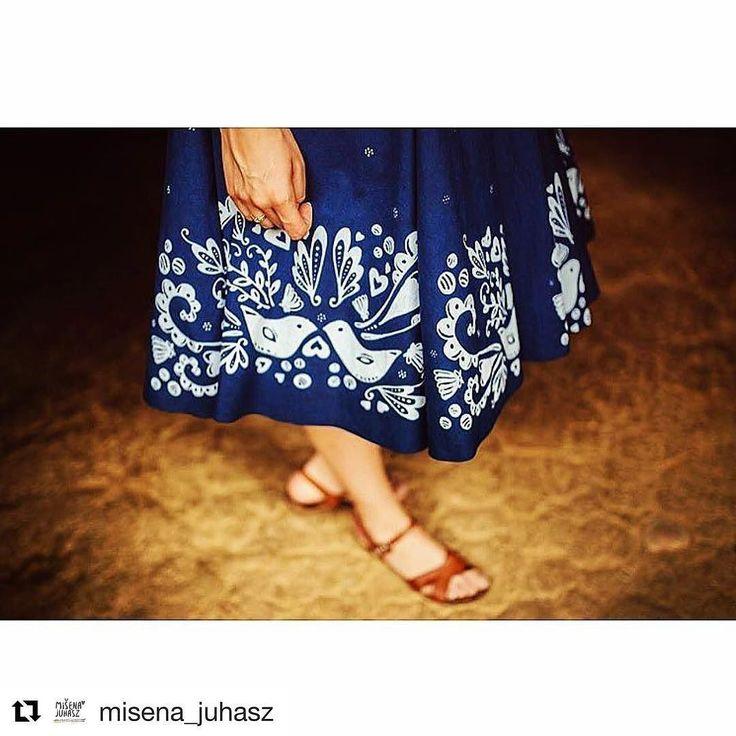 LASTOVIČKA Tieto šaty boli vytvorené pre moju sestru Aničku. Vznikli v spolupráci s dielňou Modrotlač Matej Rabada @modrotlacmr . #praveslovenske od  @misena_juhasz  Nejedená sa o klasickú metráž ale tlač priamo do strihu šiat. Dezén som samostatne vyzvorila a navrhla práve špeciálne pre tieto šaty.  #slovensko #modrotlac #slovakia #folk #folklor #folklore #fashion #design #clothes #traditions  Model: Anička Foto: Peter Cegin