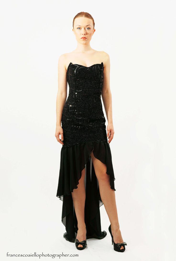 Hay escotes corazón y escotes como el de este vestido de cuerpo sirena con lentejuelas. Su forma resalta las curvas femeninas. Desde 800€.
