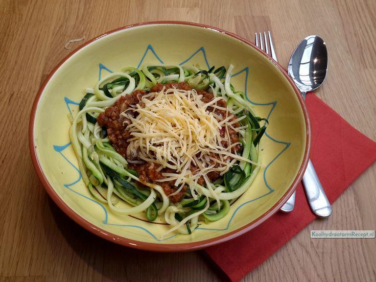 Traditionele courgetti? Spaghetti met traditionele tomatensaus met gehackt en champignons waarbij de spaghetti wordt vervangen door courgetteslierten.
