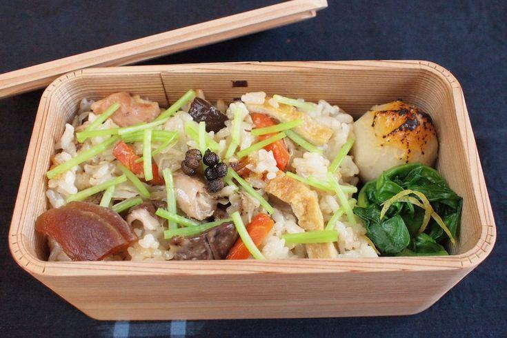 地鶏炊き込みご飯300g(奈良漬、実山椒佃煮)、小芋田楽、小松菜柚子浸し