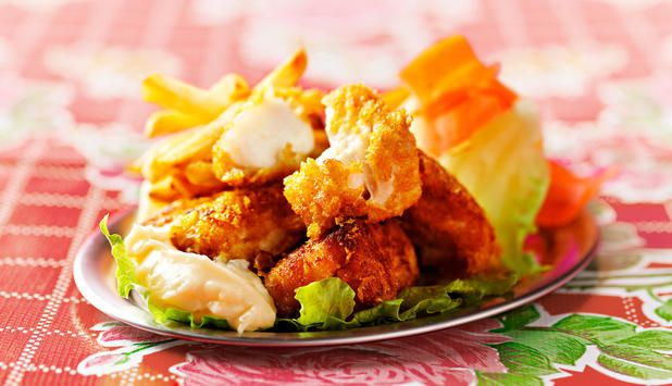 Sprøstekte torskebiter, også kalt nuggets, er en enkel og god fiskerett. Server den med pommes frites og salat, en rask hverdagsmiddag. #fisk #oppskrift