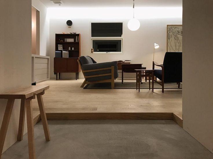 いいね!96件、コメント1件 ― Kazuya Ikezoiさん(@kazuya_ikezoi)のInstagramアカウント: 「段差の小さい玄関は座って靴が履きにくいので、腰掛けられる椅子があると便利だと思います。 #土間 #玄関 #段差小さい #ベンチ #スツール #オーク #ナラ #丸い #ペンダントライト #白壁…」