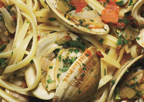 Google Image Result for http://www.bonappetit.com/images/magazine/2008/06/mare_linguine_with_herb_broth_and_clams_h.jpg