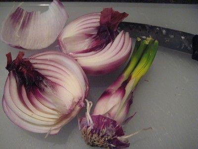 Coltivare le cipolle può regalare grandi soddisfazioni, sia nel caso in cui abbiate la possibilità di avere a vostra disposizione un orto vero e proprio, sia nell'eventualità in cui desideriate provare a piantare delle cipolle in vaso, per il vostro orto sul balcone. A partire dalle parti di scarto o da una cipolla germogliata, è possibile iniziare la propria coltivazione senza dover acquistare sementi o bulbilli. Ecco come.
