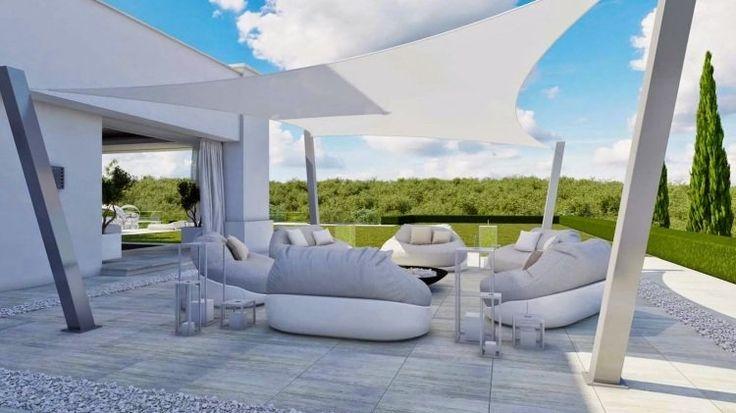 terrasse carrelée moderne avec voile d'ombrage blanc et coin salon en blanc et gris