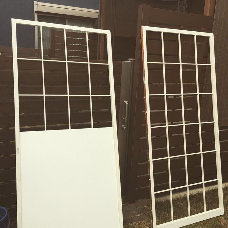障子を洋風にリメイク Diy 後は上部にチェッカーガラス風のアクリル板を貼って完成ペンキ塗り楽しいけど テキトーなのであちこち白くしちゃいました笑 2021 アクリル板 障子 リメイク 障子