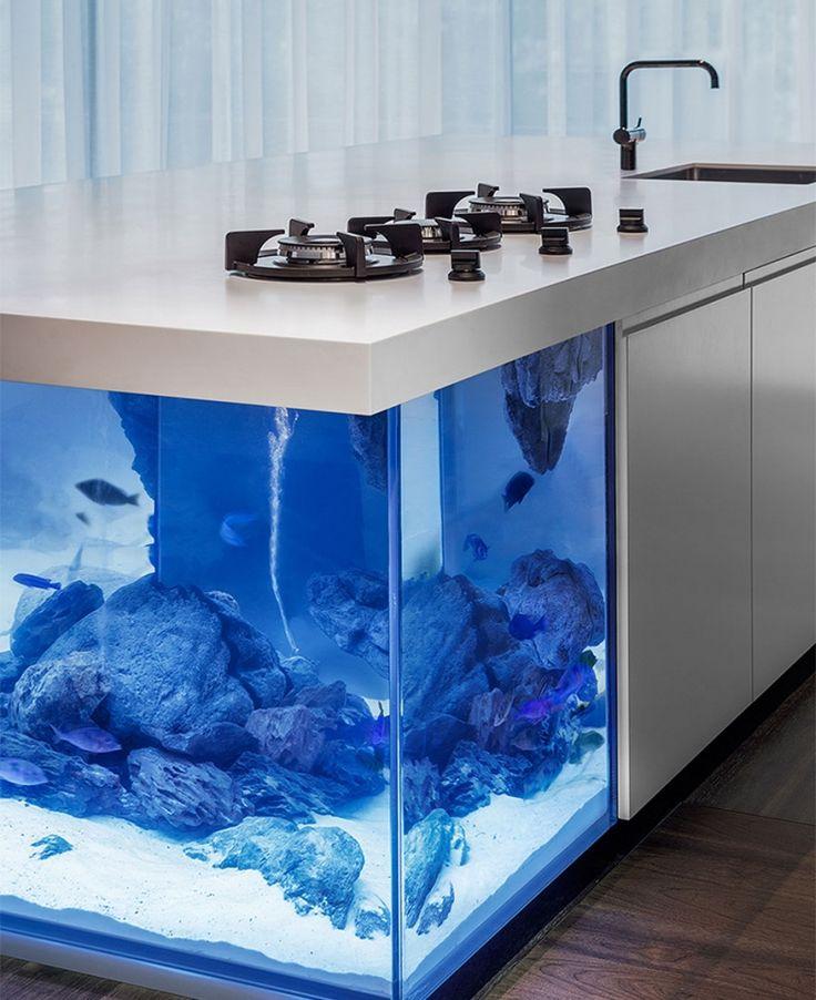 Imaginé par le designer néerlandais Robert Kolenik, 'Ocean Keuken' ('cuisine océan' en néerlandais) est un modèle d'îlot de cuisine aussi original qu'élégant.  Cet îlot de cuisine intègre un grand aquarium qui devient accessible en toute...