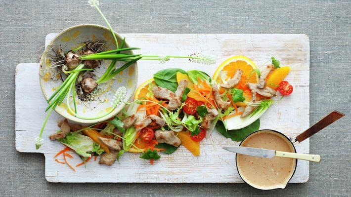 Thaisalat med appelsin og strimlet svinekjøtt - Sunn - Oppskrifter - MatPrat