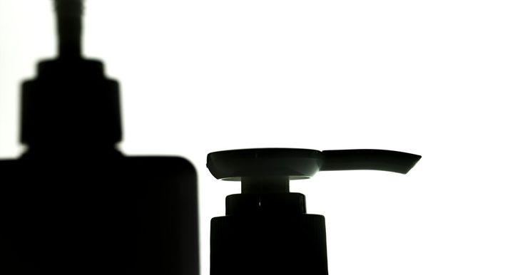 Cómo arreglar un dispensador de jabón líquido. Los dispensadores de jabón líquido han sustituido a las barras de jabón en la mayoría de los fregaderos de la cocina y en el baño. Por desgracia, los jabones líquidos que dispensan tienden a secarse y obstruir la boquilla del dispensador. El uso continuado de un dispensador de jabón obstruido puede causar daños permanentes en el mecanismo interno ...