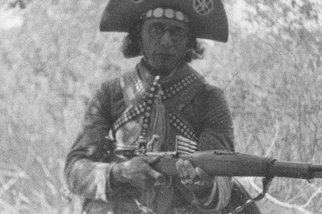 """Lampião foi o inventor do """"rifle peado"""" - amarrava-se um lenço (ou pedaço de correia) na alavanca da arma. Depois, era só acioná-la para que as detonações se sucedessem como numa metralhadora (a depender da habilidade de quem a utilizava).  Publicação do Jornal do Commercio - Recife PE"""
