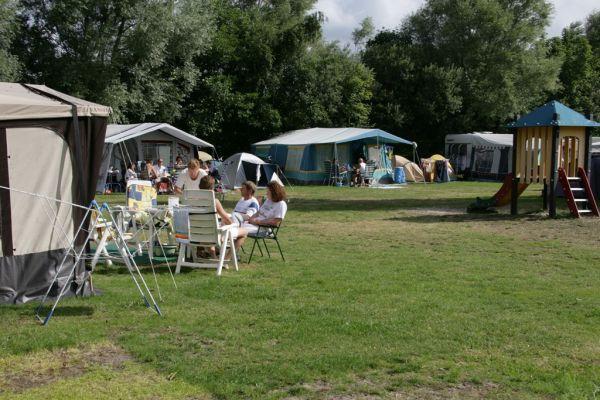 Kampeerplaats Groen  Kampeerplaats Groen Standaard met elektra-aansluiting (10 ampère) is geschikt voor een tent caravan of camper en 1 bijzettent. Het sanitair en speeltuintjes zijn altijd vlakbij. Gratis Wifi. Nabij centrum. Eigen parkeerplaats.  EUR 99.50  Meer informatie  #vakantie http://vakantienaar.eu - http://facebook.com/vakantienaar.eu - https://start.me/p/VRobeo/vakantie-pagina