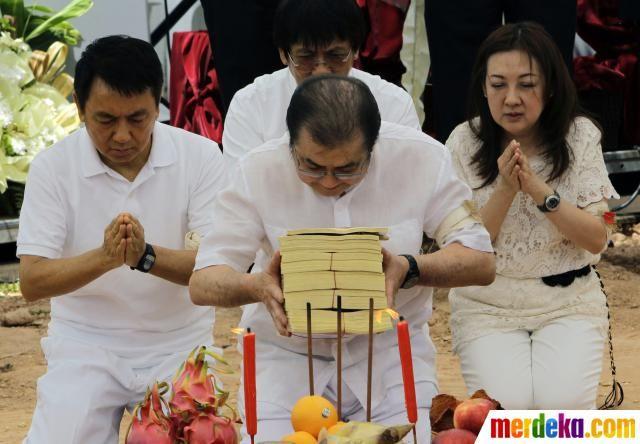 (kiri-kanan) Andre Salim, Anthony Salim, Albert Salim (depan) dan Mira Salim memanjatkan doa untuk sang ayah.