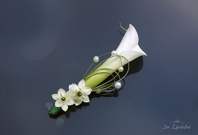 quite a classy boutonniere! Calla lily, star of Bethlehem, bear grass, pearls