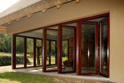 Skládací dveře - křídla lze odsunout ke straně a vytvořit tak ze zimní zahrady otevřenou terasu, zde na ukázce vyrobešné z dřevěných profilů