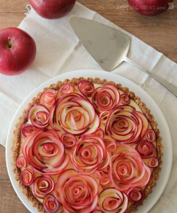 taart met roosjes gemaakt van appel, gevuld met, custard, stroop, walnoten.