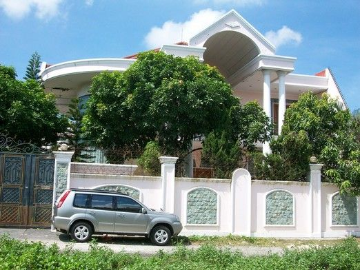 with 2 floors , nice balcony at second floor ,,,,,, big garage 14cars fit in private hold certificate main house has 4rooms upstairs /second floor 4rooms , warehouse,kitchen , 2 living rooms price 7,000,000,000 Rp or 700,000 US $ good for invest in baLi ,,,, call ; kadek erik +6281337781890 or dwikadek@gmail.com or kristoven.blogspot.com