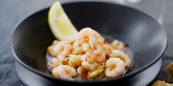 Sulata ravut (esim. yön yli jääkaapissa).Kuumenna oliiviöljy kasarissa. Älä päästä sitä liian kuumaksi.Lisää öljyyn valkosipuli ja chili. Anna hautua niin, että ne pehmenevät mutta eivät pala.Nosta kasari liedeltä ja kääntele kuumaan öljyyn katkaravut, sitruunamehu ja ripaukset suolaa ja mustapippuria.Jaa ravut ja liemi kulhoihin ja tarjoile kuumana tuoreen patongin kanssa.