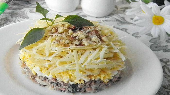 Салат «Принц» - необычный, но очень простой в исполнении мясной салатик из отварной говядины с солеными огурцами, вареными яйцами, орехами и чесноком.