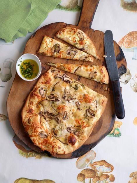 Flammkuchen mit gehobelten Pilzen: Rauchiger Scamorza und feine Pilze auf knusprig-lockerem Hefeteig. Genial!