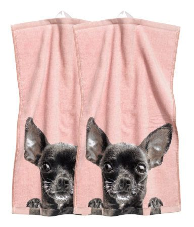 Light pink/dog. Guest towels in velour with a printed motif at front and cotton terry at back. Hanger loop on one short side.