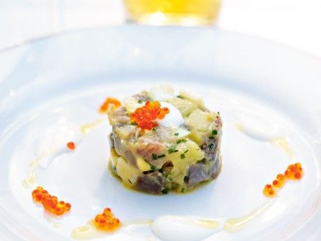 Matjessilltartar med  parmesanost, olivolja, gräddfil och forellrom Receptbild - Allt om Mat