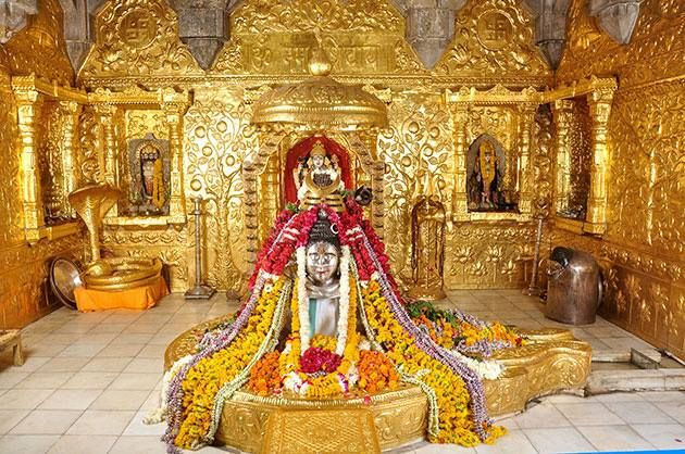 One of the 12 Jyotirlingas of Lord Shiva, this temples of India, Somnath Temple was attacked 17 times for its Gold.