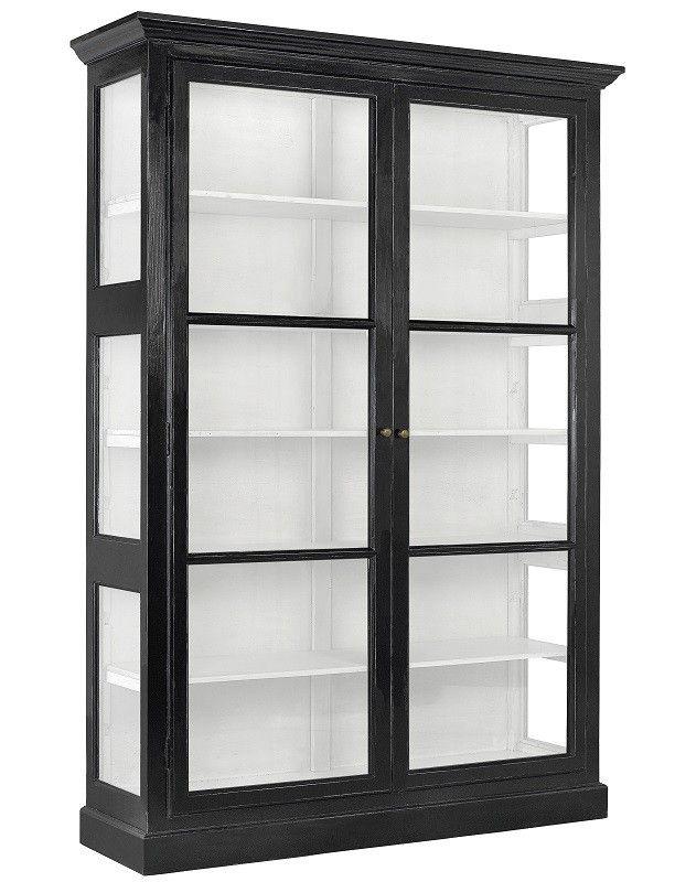 Nordal Classic Dobbelt Vitrineskap - Sort - Klassisk dobbelt glasvitrine i sort. Det smukke vitrineskab fra Nordal, har et elegant udtryk med den hvide beklædning indvendig i skabet. Classic vitrineskab har fem hvide hylder, hvor du f.eks. kan opbevare dit service.