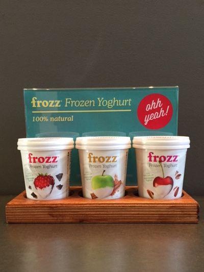 Toonbankdisplay voor yoghurtijsbekertjes. Op maat gemaakt voor Frozz.