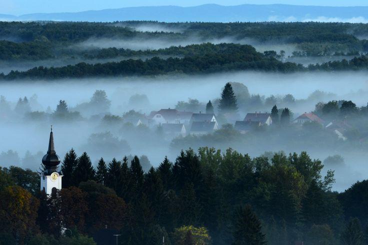 Magyarország legszebb tájai. Hajnali köd Őriszentpéteren, az Őrségi Nemzeti Parkban